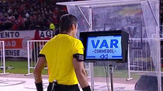 Los audios de la polémica: el VAR de Palmeiras vs River